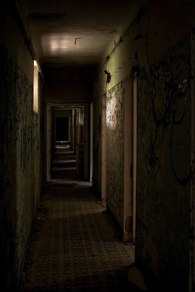 Dark hallways el bueno el feo y el malo for Haunted house hallway ideas