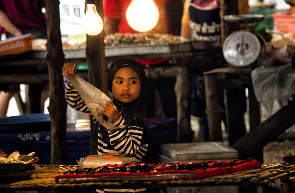 even-the-young-help-out-on-this-market-in-krabi